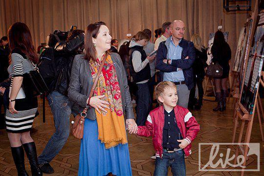 Телеведущая Даша Малахова с сыном и мужем (позади)