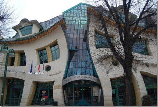 Изогнутый дом, Польша