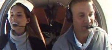 Пилот сделал невесте предложение с помощью падающего самолета