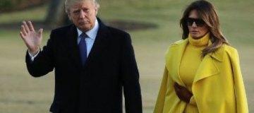Мелания Трамп в желтом пальто и кожаной юбке