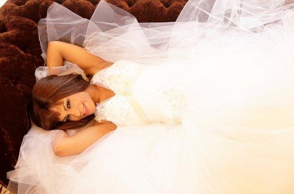 Гайтана позировала в свадебном платье на фоне дивана