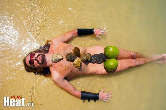 А это - пародия на легендарный эротический снимок Волочковой на Мальдивах