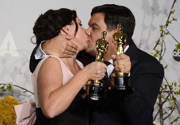 """Кристен Андерсон-Лопес и Роберт Лопес с Оскарами за песню """"Let it Go"""" к диснеевскому """"Холодному сердцу"""""""