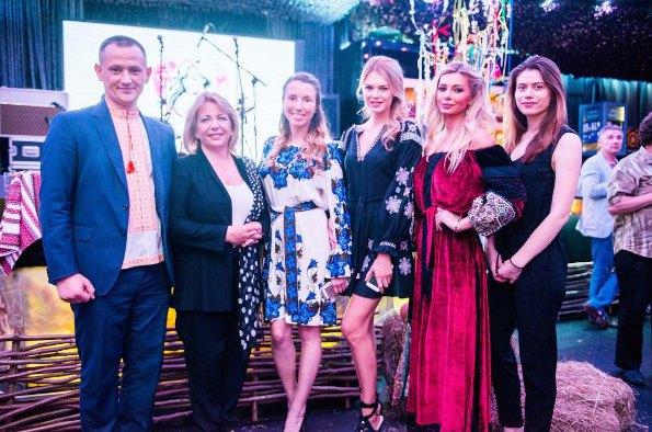 Елена Безуглая (в центре) с Катериной Ющенко (вторая слева) во время благотворительной акции фонда