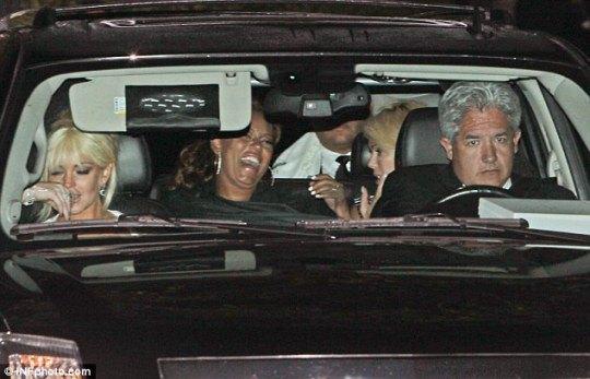 Линдсей Лохан в полудреме едет с праздничной церемонии