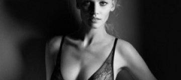 Лара Стоун в черно-белой рекламе белья