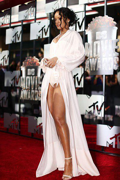 Рианна на премии MTV Movie Awards в платье от Ulyana Sergeenko