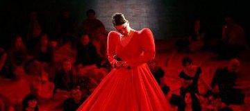 Огромное красное платье