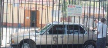 В липецком зоопарке в клетку посадили автомобиль