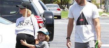 Беременную Агилеру застали на прогулке с сыном