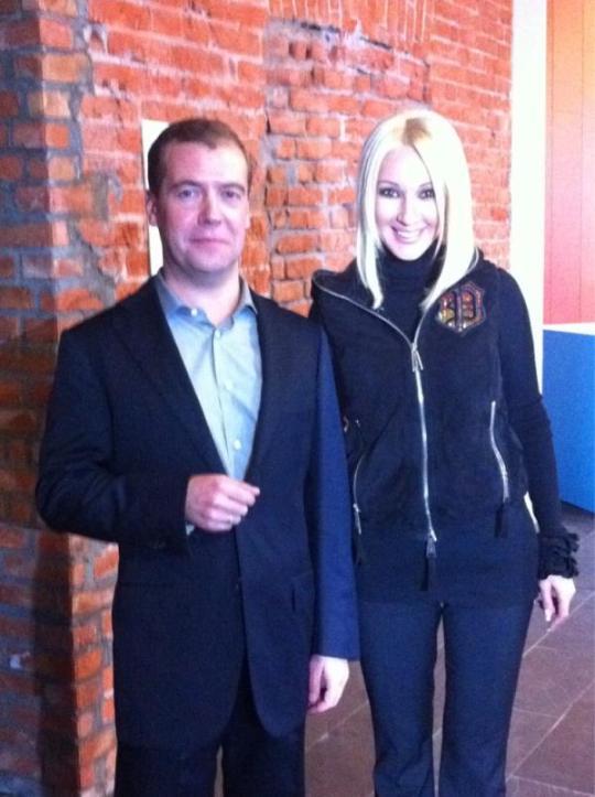 Изображение сломанного мизинца успешно конкурирует в Twitter с фотографией Леры и Медведева