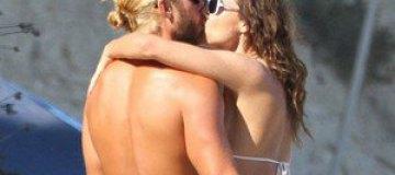 Минни Драйвер на пляже целовалась с молодым жиголо