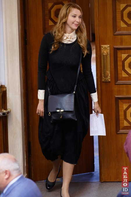 Ольга Червакова тоже выбрала платье в школьном стиле...
