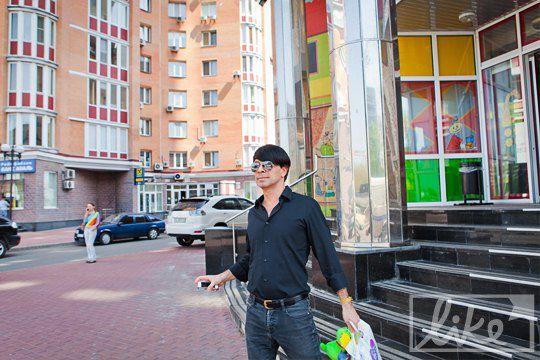 В руках заместитель генерального директора НТКУ держал памперсы и яркую игрушку