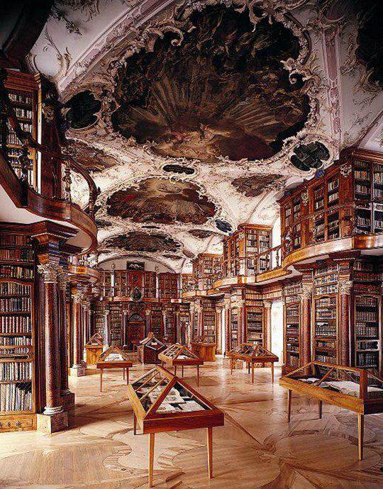 Это самая древняя библиотека Швейцарии и одна из самых ранних и важных монастырских библиотек в мире