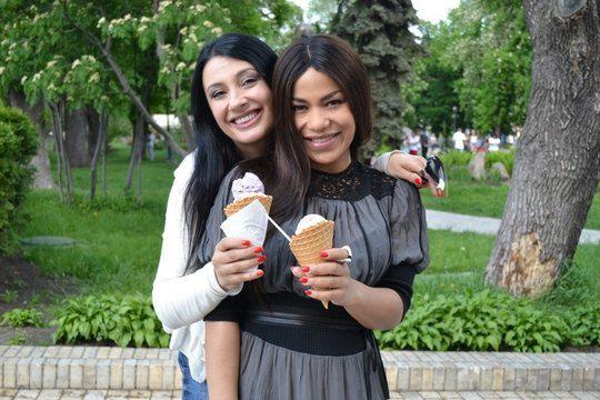 Украинская певица угощала гостью мороженым