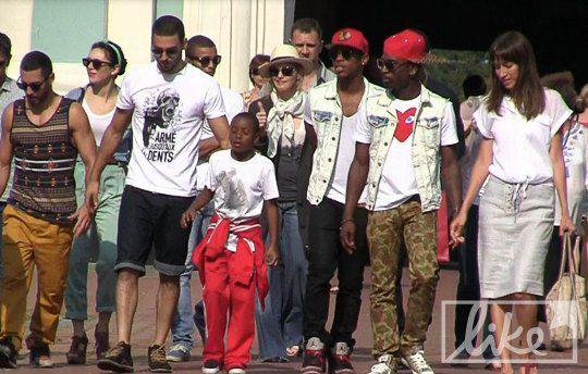 Певица с семьей и командой на территории Михайловского собора