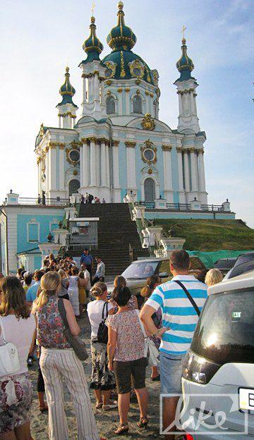 После посещения Софии Киевской и Михайловского собора Мадонна отправилась на Андреевский спуск
