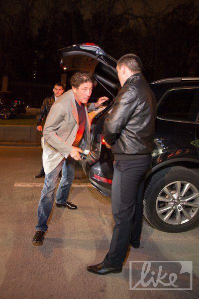 Григорий Лепс пробежал через поклонников, что караулили возле заведения