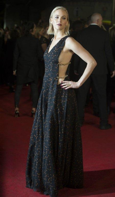 В Лондоне актриса тоже демонстрировала грудь в платье Dior