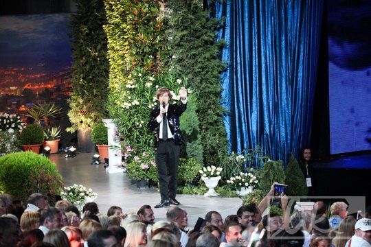 Максим Галкин выпрашивал у девочки в зале цветы