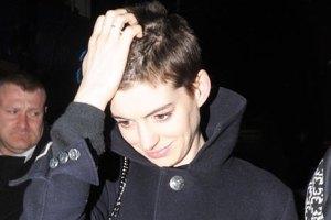 Энн Хэтэуэй лишилась роскошных волос