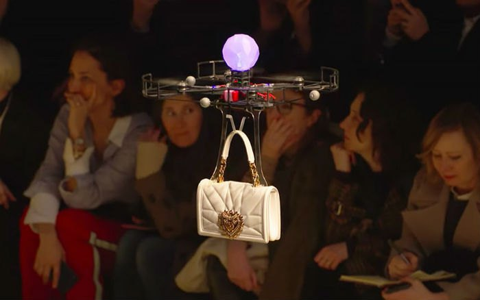 Показ Dolce&Gabbana открывали дроны