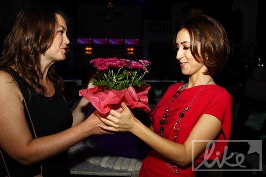 Гости несли имениннице цветы