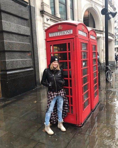 Актриса, молодая мама Яна Глущенко позирует возле знаменитой лондонской телефонной будки