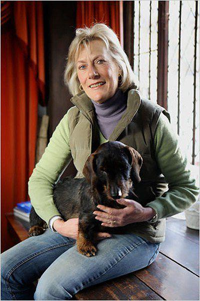 Семья Френсиса владеет поместьем Провендер в графстве Кент, Великобритания.