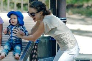 Натали Портман вышла на прогулку с сыном