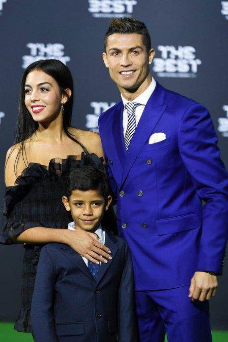 Криштиану Роналду со своим сыном и невестой Джорджиной Родригез