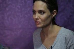Анджелина Джоли с дочкой посетила семью сирийских беженцев