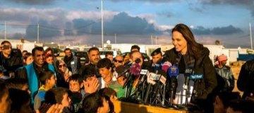 Анджелина Джоли с дочерьми посетила лагерь сирийских беженцев