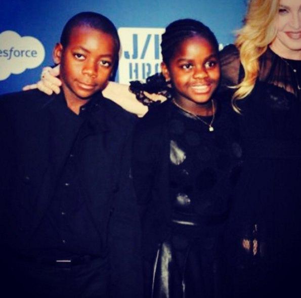 Сейчас Мадонна живет с приемными детьми - Дэвидом Бандой и Мерси Джеймс