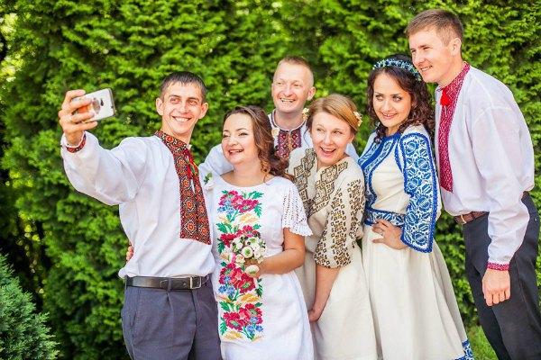 Василь и София (крайние слева) с друзьями