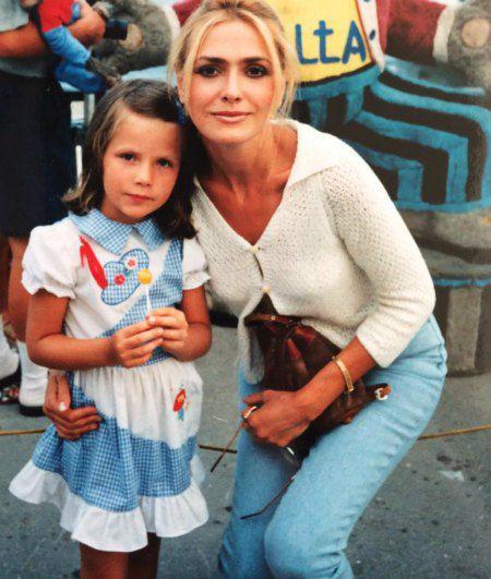 В детстве Тоня не очень была похожа на маму