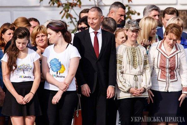 Евгения Порошенко (вторая слева) с новой прической