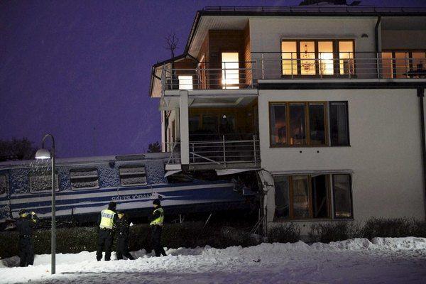 В Швеции поезд врезался в жилой дом