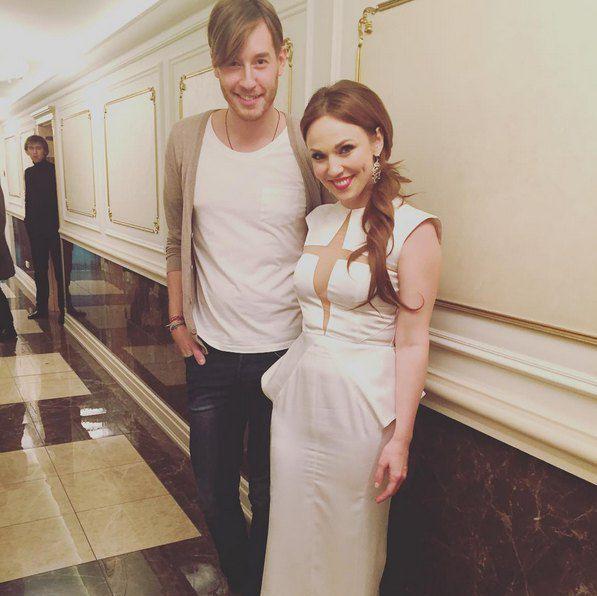 Альбина Джанабаева выступала в платье с прозрачным лифом, многие отметили, что в последнее время она похорошела