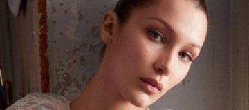 Юная модель засветила соски в прозрачном платье