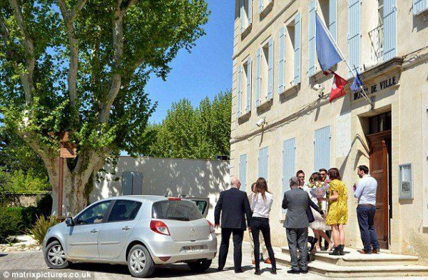 Звезда скромно расписалась в небольшом городке Франции