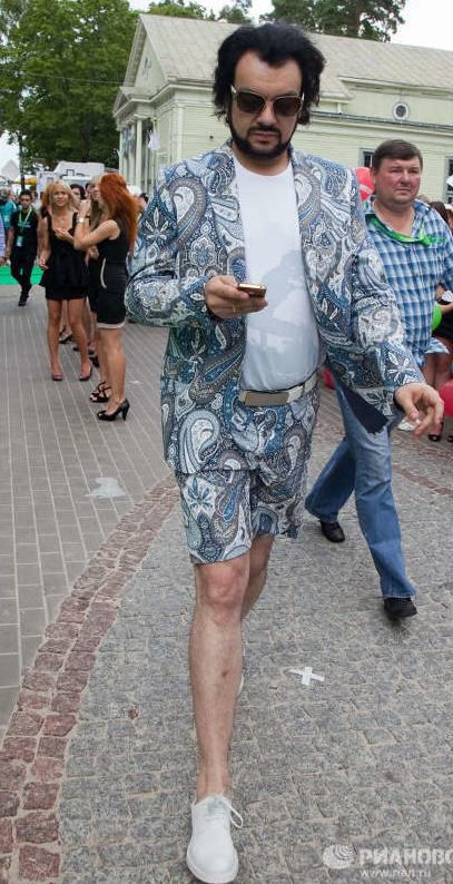 Филипп Киркоров в новомодном шортовом костюме.