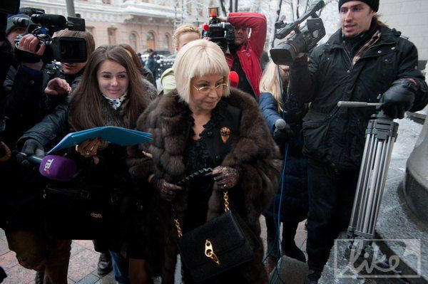Анна Герман с сумочкой от Tom Ford и в ажурных перчатках