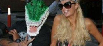 Пэрис Хилтон заигрывала с крокодилом