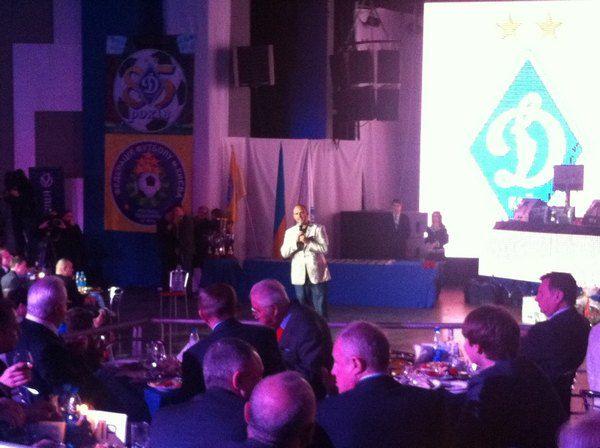 За первым столом сидят первый президент Украины Леонид Кравчук и второй президент Украины Леонид Кучма