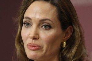 Джоли защищает раненую пакистанскую девочку