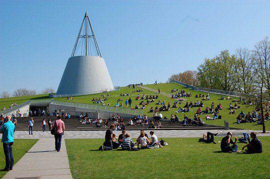 Здание увенчано стальным конусом, что придает ему уникальную форму