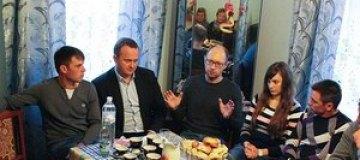 Яценюк пообедал c владельцами чебуречной