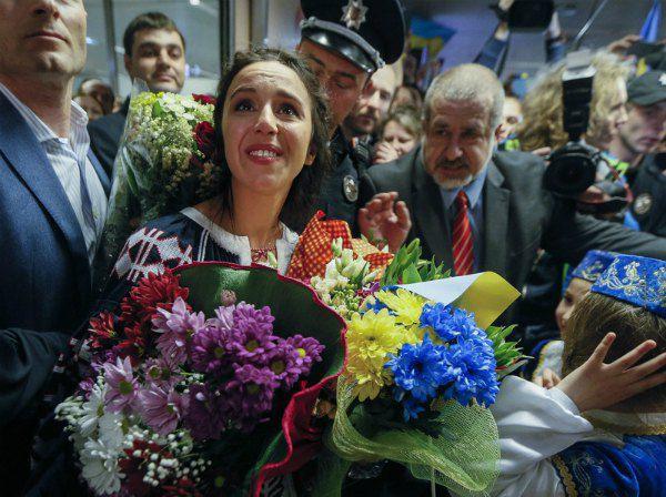Победительницу Евровидения встречали с украинскими и крымскотатарскими флагами
